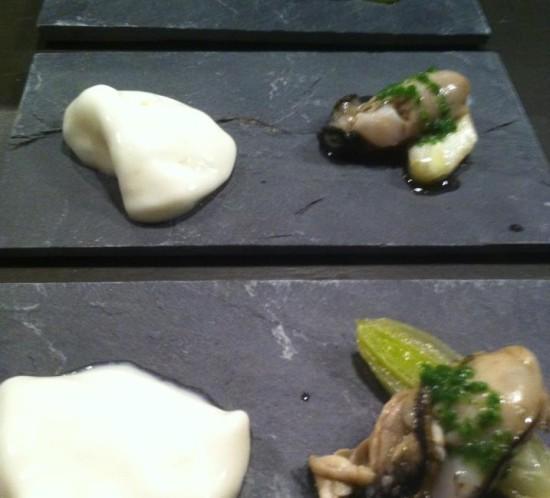 Gepocheerde oetser met prei en schuim van oester