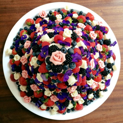 Bruidstaart van Etenswaar met fruit en eetbare bloemen