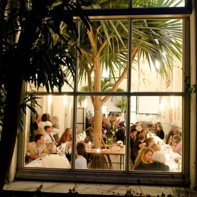 bruiloft door een venster