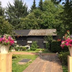 Buiten bruiloft met bloemen | Etenswaar catering Eindhoven